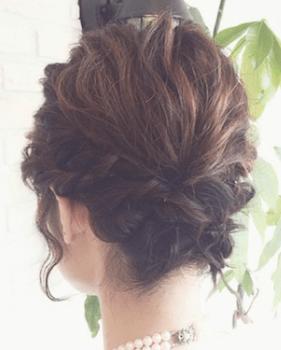 結婚式で人気のショートの耳上ねじりハーフアップの髪型