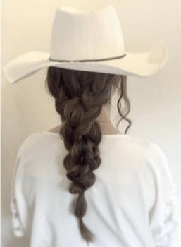 麦わら帽子に似合う髪型1:フィッシュボーンテール