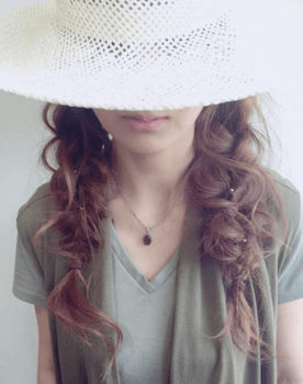 麦わら帽子に似合う髪型2:ツイン三つ編み