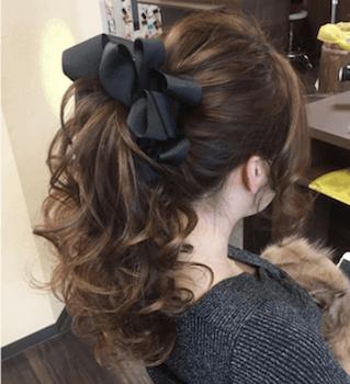 ヘアアクセサリーを使ったカールポニーテールの髪型