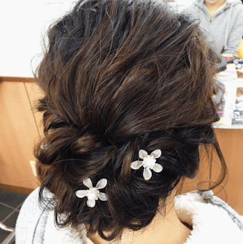 結婚式で人気のミディアムのフラワーピンの髪型