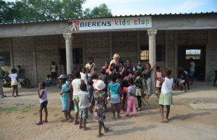 Fotos_Kidsclub_Driekoppies_Geopend_Stichting_Thembalethu_Nederland_New_Hope_Zuid_Afrika_Om_Een_Wees_Kind_Te_Laten_Zijn-9-1024x678-850x550