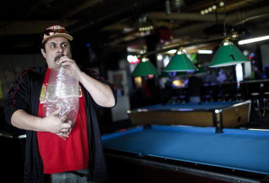 Pengunjung Robert Badillo merokok ganja di Sports Bar and Grill Frankie di Olympia, Washington.