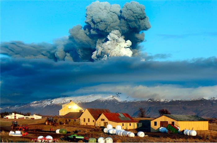 Дым и пепел вулкана Эйяфьятлайокудль. Фото