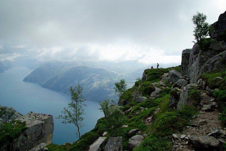 Вид на скалу Прекестулен с высоты. фото
