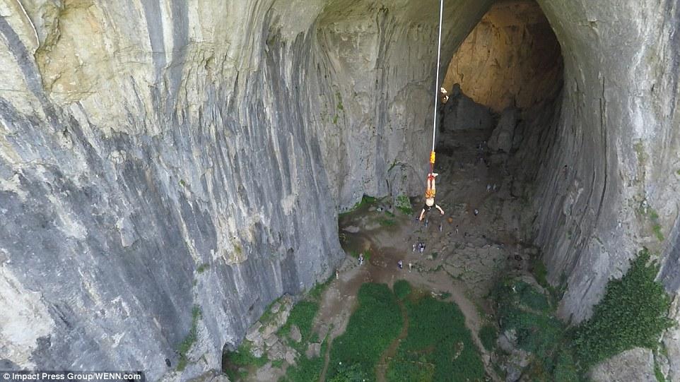 Прыжки с веревкой над пещерой Проходна. Фото