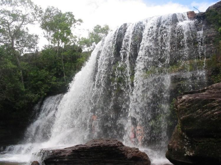 Водопад на реке Каньо Кристалес в Колумбии. Фото