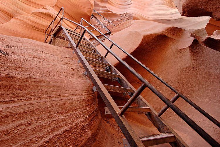 Лестница, ведущая наружу из Нижнего каньона Антилопы. Фото