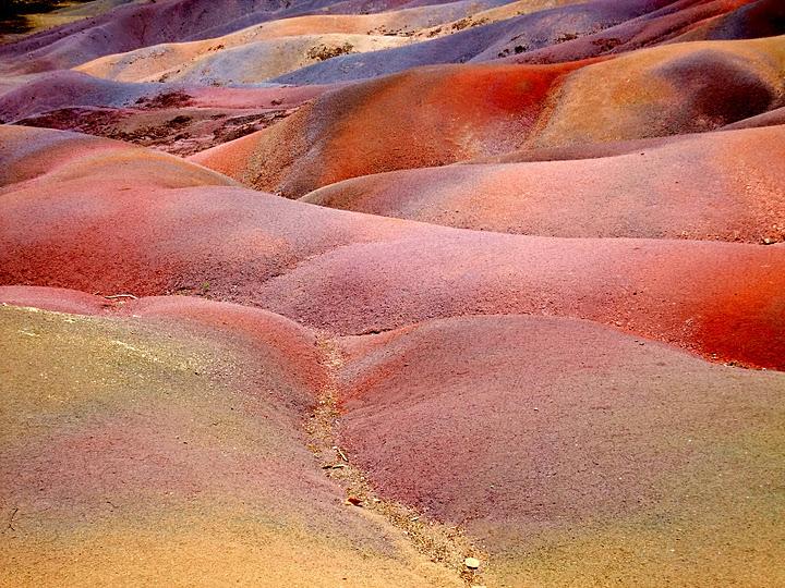 Цветной песок в селе Шамарель (Маврикий). Фото