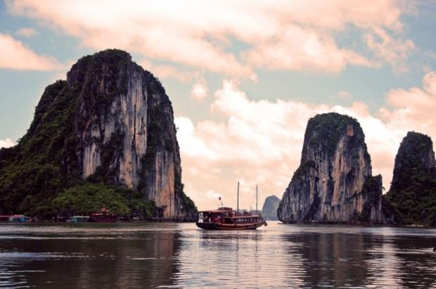 Вьетнамская бухта Халонг на закате. Фото