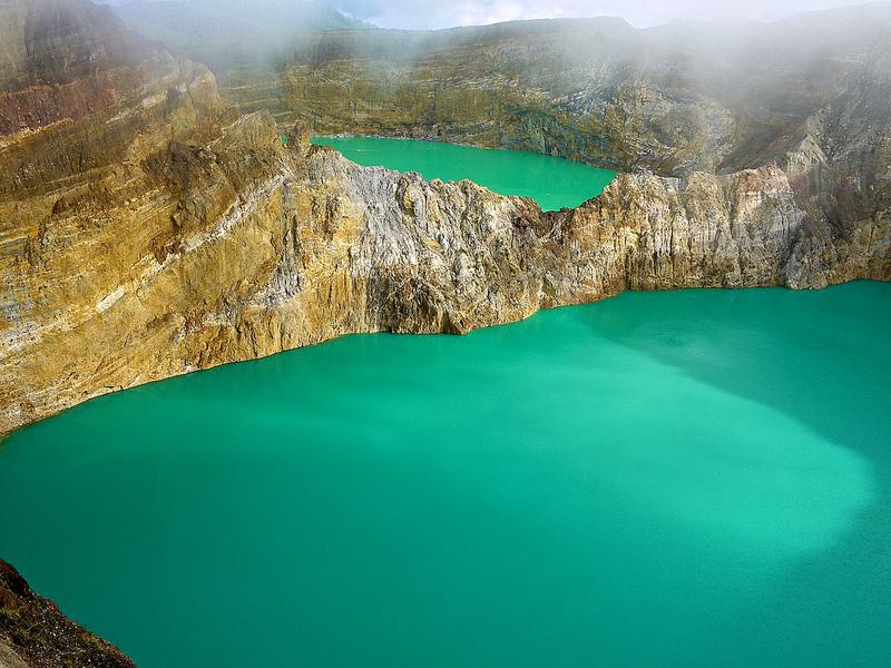 Потрясающие разноцветные озера в Индонезии. Фото