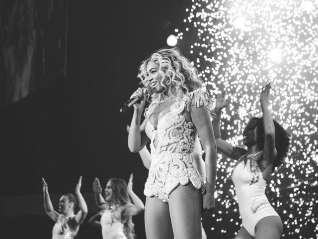 Beyonce performing her song XO live