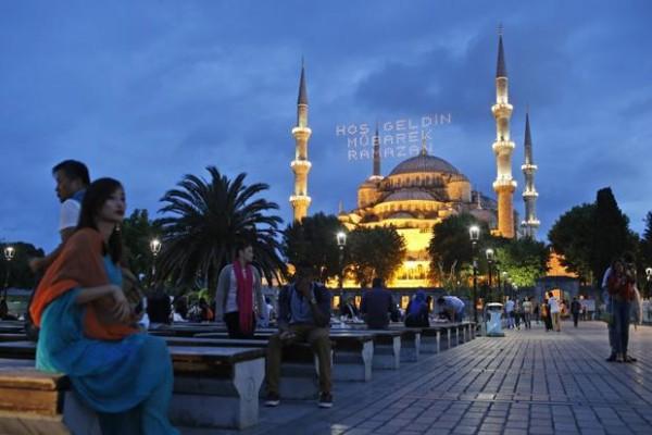 veliko-interesovanje-za-sehur-na-trgu-sultana_trt-bosanski-47470