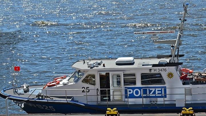 """""""Heranwachsender Übermut"""" – Nächtliche Fahrt bei dem Beiboot der Fähre endet """"auf"""" der Elbe"""