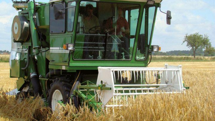 Getreideernte: Mähdrescher stehen in den Startlöchern