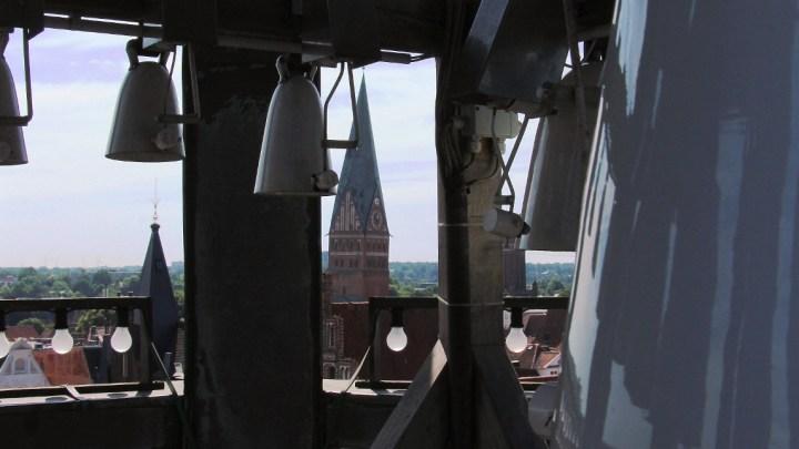 Aufwändige Reparatur und Modernisierung: Glockenspiel im Rathausturm muss noch länger pausieren