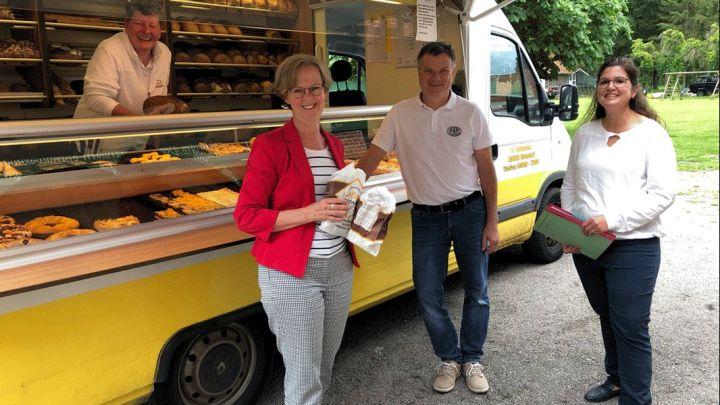 Besuch beim Bäckerwagen: Landesbeauftragte Monika Scherf schaut sich in der Sommerpause besondere Projekte an