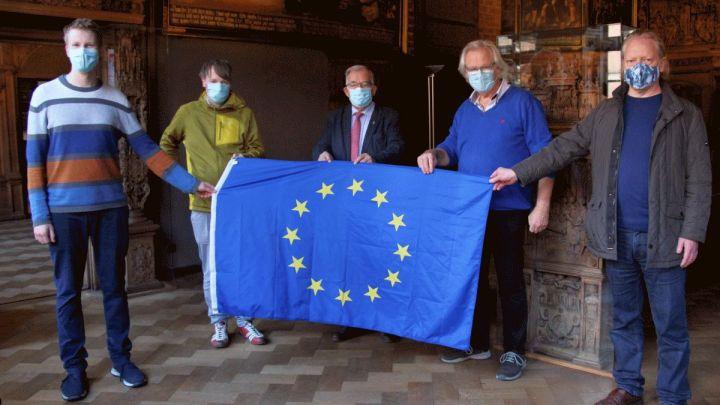 """""""Balkon-Reden"""" aus dem Lüneburger Rathaus: Bürgerinnen und Bürger zeigen Flagge für die EU"""