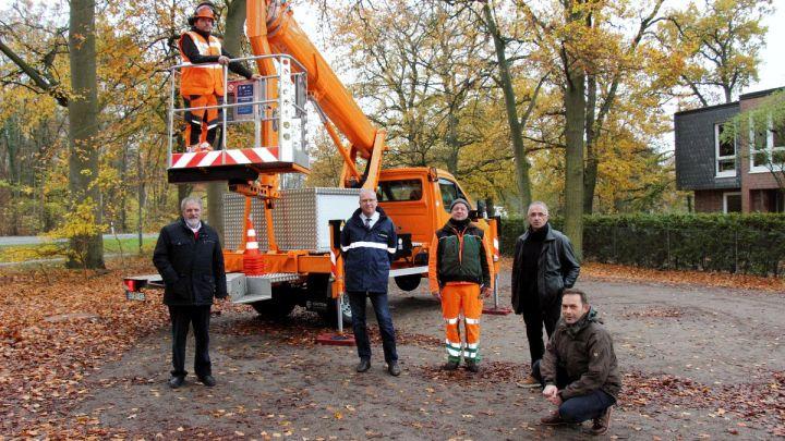 Auf dem Weg zum klimaneutralen Betrieb: AGL stellt neue Elektro-Hubarbeitsbühne zur Baumpflege vor
