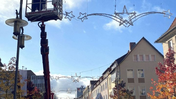 Uelzen erstrahlt: Weihnachtsbeleuchtung wird installiert