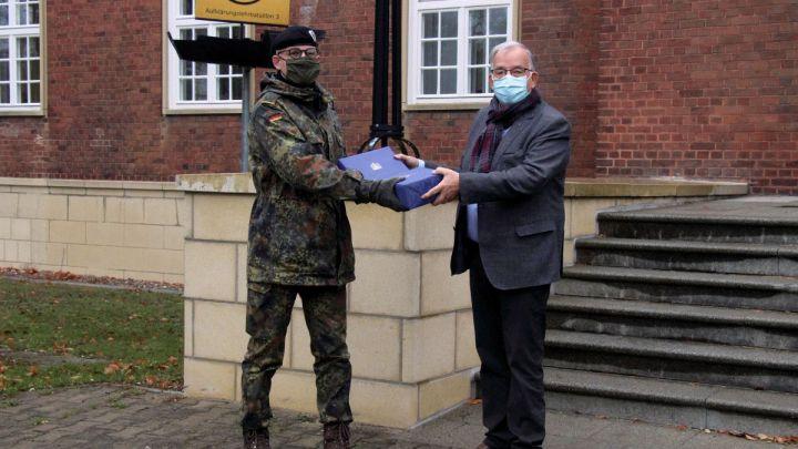 Weihnachtspost aus dem Rathaus für Lüneburger Soldatinnen und Soldaten im Ausland