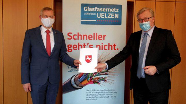 Glasfasernetz: Wirtschaftsminister überreicht Förderbescheid