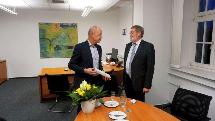 Vater des Samtgemeindearchivs verabschiedet sich – Manfred Schmidt gibt Leitung an Jörg Tippe weiter