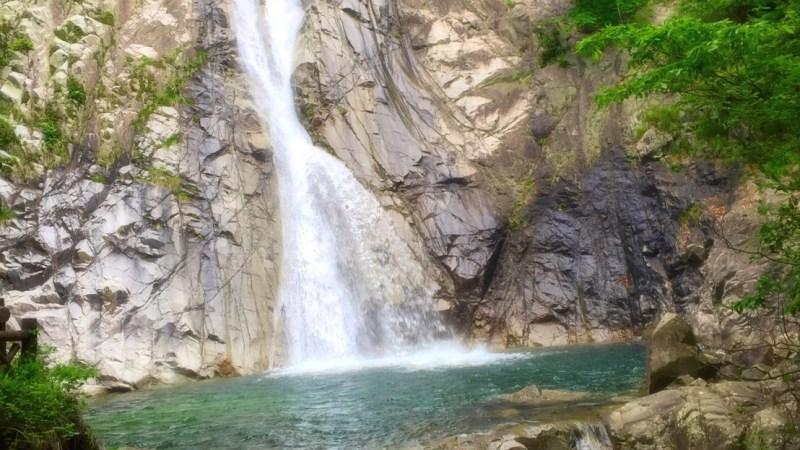 滝壺の傍で瞑想