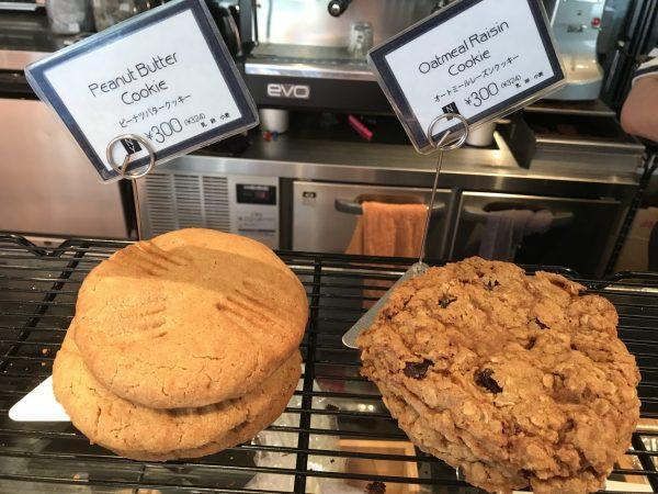 ピーナッツバタークッキーとオートミールレーズンクッキー