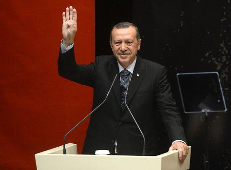 Recep Tayyip Erdoğan laver rabia-tegnet, der viser støtte til Det Muslimske Broderskab eller islamisme generelt.