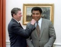 Hvordan udtales Muhammad Ali? På dansk siges det med flad og blød udtale, sådan at Muhammad bliver til Muhammed, og Ali har tryk på første stavelse, ligesom det tvivlsomme kaffemærke Ali. Hvis du derimod gerne vil lyde international og opblæst, skal du i stedet sige Muhammad med hårdt d og Ali med tryk på sidste stavelse.