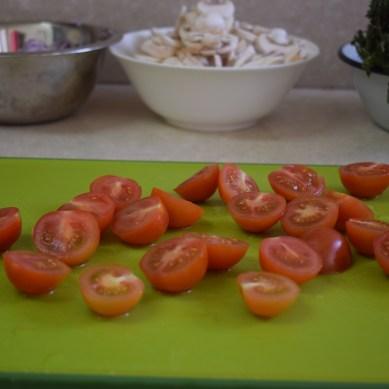 חוצים את העגבניות שרי