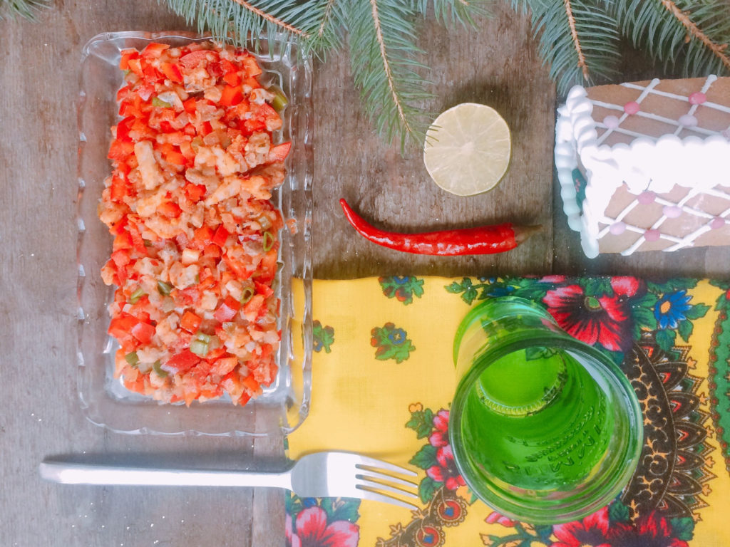 Przepis na tatara ze śledzia z papryką, ogórkiem i chilli