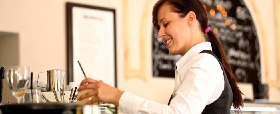 mujer trabajadora camarera trabajo hostelería