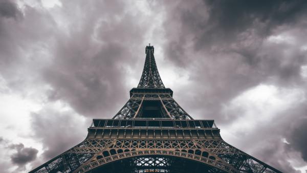 Niagara Falls Wallpaper Iphone Eiffel Tower In A Cloudy Day Hd Wallpaper Free Image
