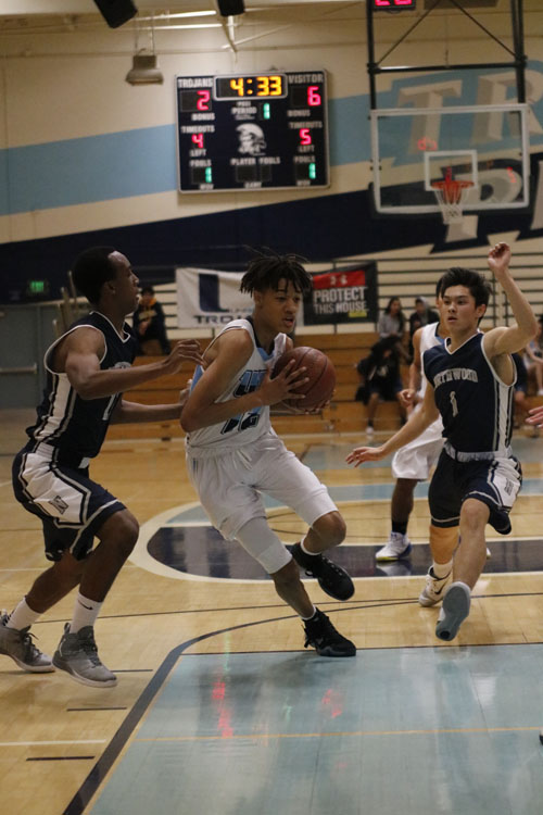 Forward Alex Bray (Jr.) goes hard in the paint against the Timberwolves' defense. (A.Iwata)