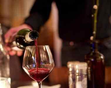 Rode wijn inschenken (Granada Alkmaar)