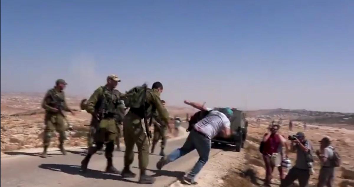 Megrovásban részesítette a hadsereg a tisztet, akiről videofelvétel készült, hogy baloldali aktivistákat bántalmaz   Új Kelet online