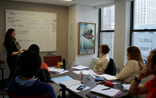質の高さと、少人数制で定評のある授業風景。受講生がプレゼン中。
