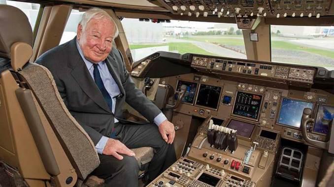 Joe Sutter on the flight deck of a Boeing 747 (Image: Boeing)