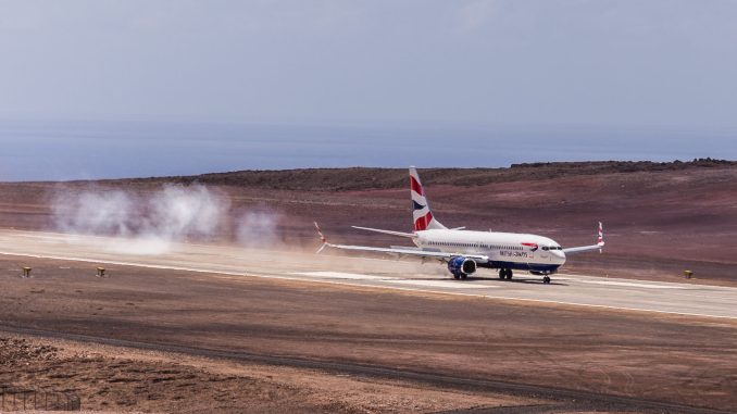 First_Comair_Boeing_737-800_flight_to_Saint_Helena_Airport_(79)