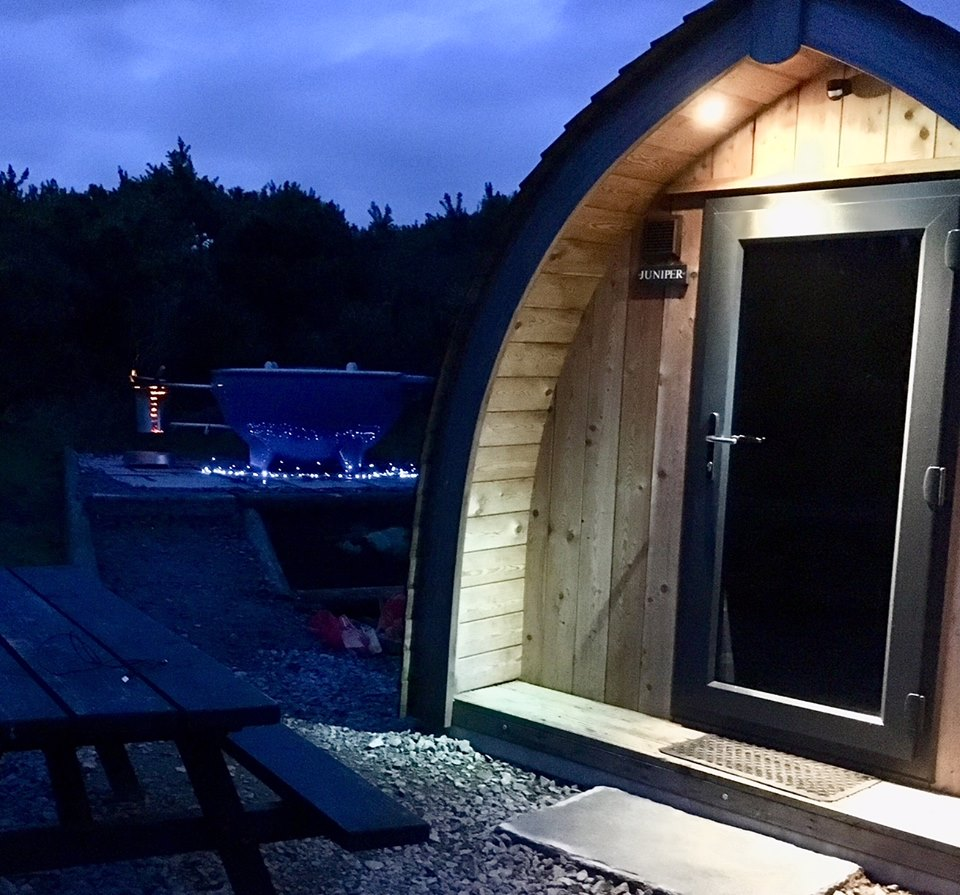 ridge-pod-with-blue-dutch-tub-at-night-gorsebank-glamping