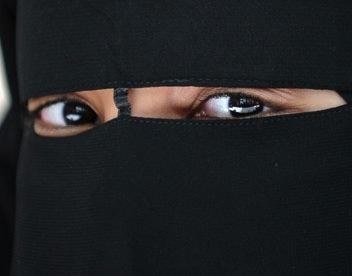A-Muslim-woman-in-a-niqab-007