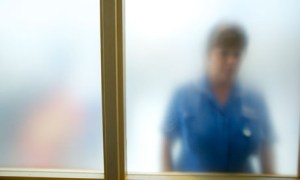 Nurse-behind-frosted-glas-008