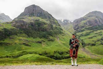 Scottish_Bagpiper_at_Glen_Coe,_Scotland_-_Diliff.jpg