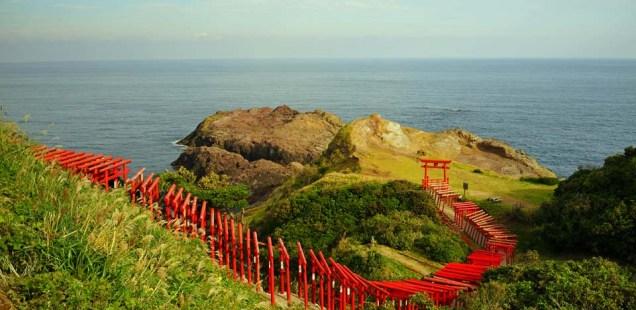 元乃隅(もとのすみ)稲荷神社 ~日本海と赤い鳥居が立ち並ぶ絶景~