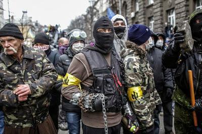 Мужчины с эмблемой СНА/ПУ на ул. Банковой. Киев, 1 декабря 2013 года