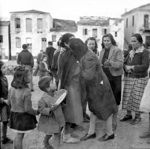 Беженцы из Греции, которые жили в лагере возле Колодца Моисея, Египет, с 1945 по 1948 год воссоединяются с членами своих семей на их родном острове Самос.Фото предоставлено Отделением управления архивами и записями ООН.