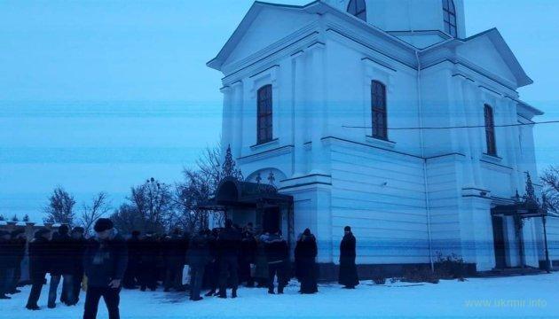 На Киевщине прихожане перешли в ПЦУ и вышвырнули гебил МП