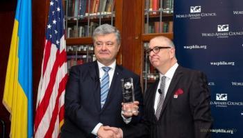 """Порошенку в США вручили нагороду """"Міжнародний державний діяч"""""""